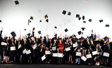 Colaboradores de las cadenas paraguayas Stock y Superseis cierran el año recibiendo sus títulos de graduados y bachilleres